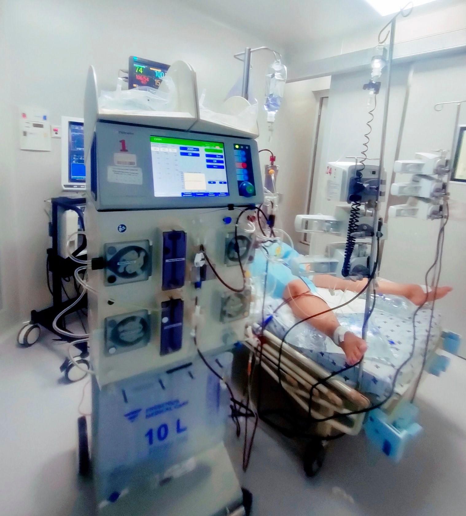 Một trẻ em mắc COVID-19 nặng được điều trị tại BV Nhi đồng thành phố.