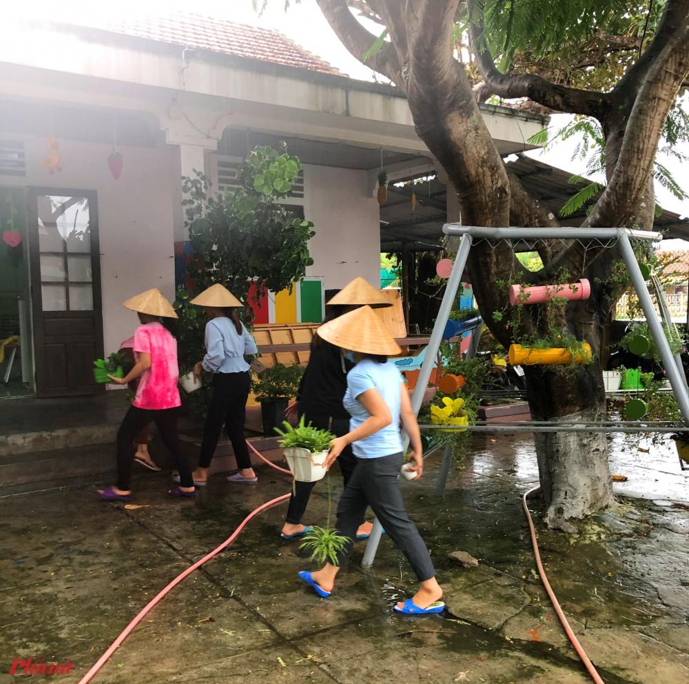 Từng góc học tập của các bé được các cô đưa đến nơi khô ráo, cất giữ an toàn nhằm giảm bớt thiệt hại do bão gây ra