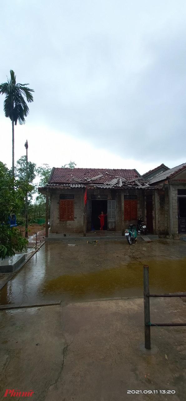 Một số căn nhà khác ở xá Phong Hòa  bị tốc mái nhẹ