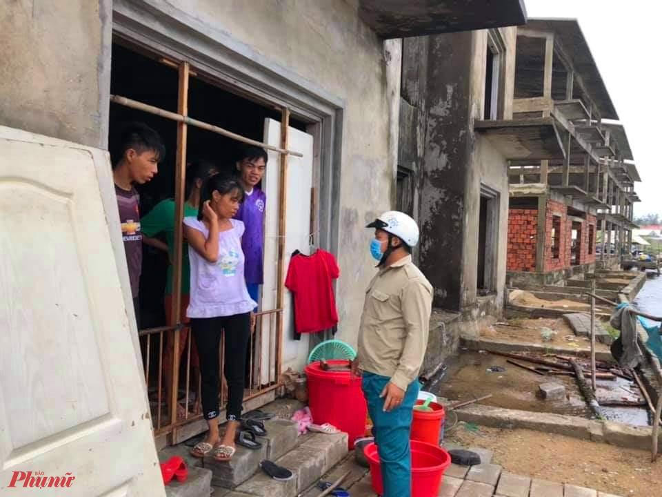 Đặc biệt Công an xã Phú Thuận cùng chính quyền đến từng hộ tuyên truyền, vận động người dân ký cam kết tự nguyện di dời. Công tác di dời các bà con, tài sản khỏi vùng nguy hiểm đã được triển khai ngay trong sáng ngày 11/9.