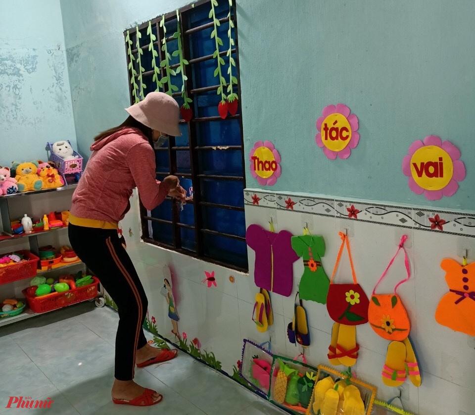 Cô Nguyễn Thị Hoa, giáo viên mần non trường Phú Thuận (huyện Phú Vang) cho biết, do đặc thù là nữ nên các cô luôn nâng cao trách nhiệm với công việc của mình, sau khi hoàn thành công việc tại nhà cô đến trường tham gia chằng chóng lớp học trước khi bão số 5 đổ bộ