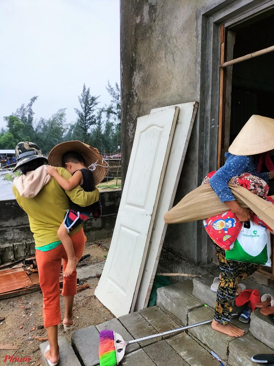 Theo thống kê nhanh từ xã Phú Thận có 40 hộ dân cần được di dời để tránh bão số 5 đổ bộ