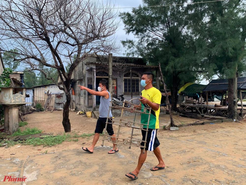 Bà con thôn Tân An xã Phú Thuận nhanh chóng di chuyển đồ đạc đi tránh bão