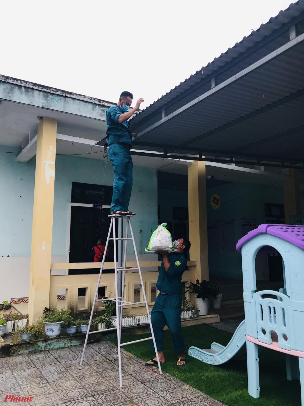 Tại những địa phương khác cũng đang gấp rút triển khai phương án di dời người dân khỏi vùng nguy hiểm; kiểm tra, có phương án bảo vệ các công trình trọng điểm