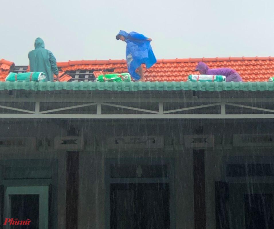 Dù mưa hiện tại đang rất lớn, nhưn bà con xóng làng cùng lực lượng dân quân tự vệ đã có mặt kiọ thời phụ giúp bà con xã Điền Hòa lợp lại mái nhà