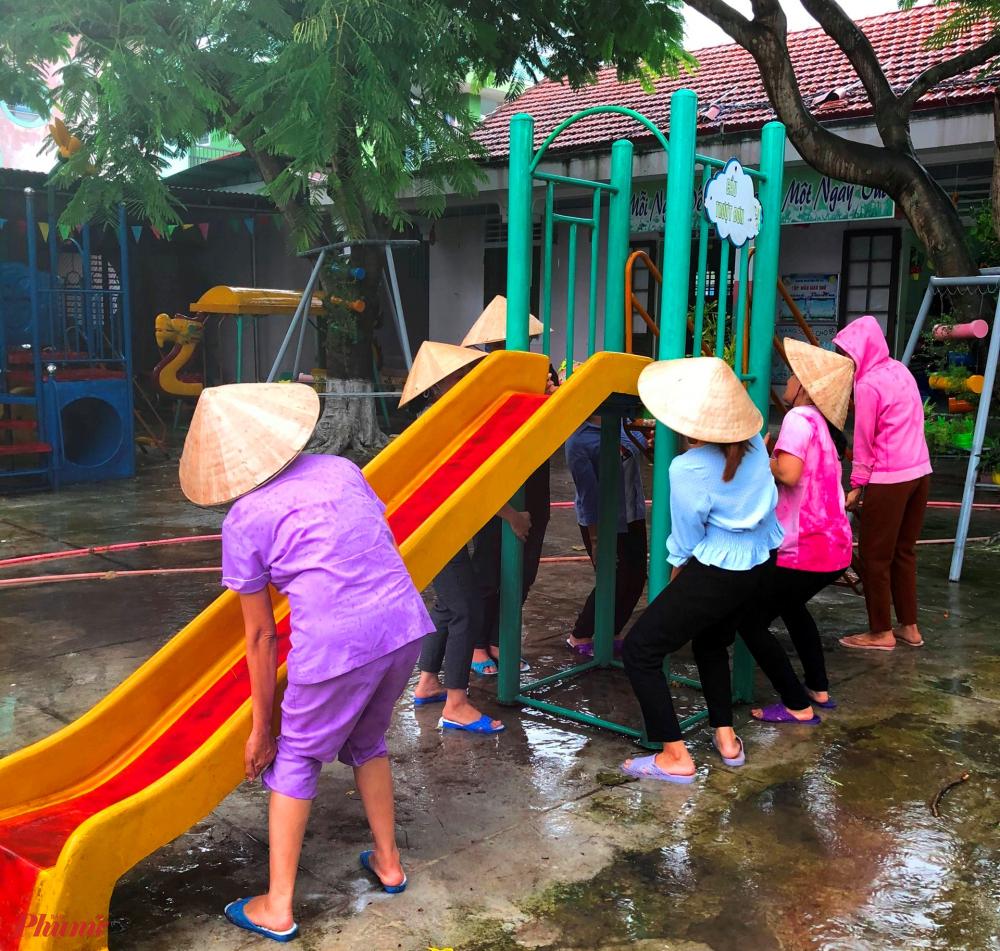 Thác trược đặt ở khu vui chơi các bé cũng được khiêng đi tránh bão an toàn