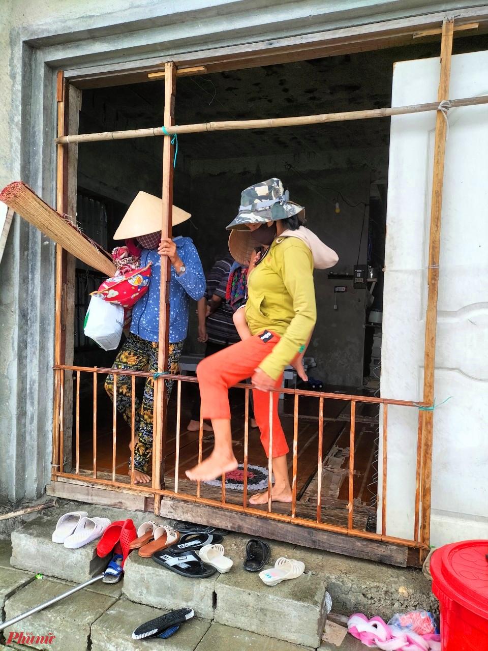 Có mặt tại thôn Tân An xã biển Phú Thuận huyện Phú Vang (Thừa Thiên- Huế) trong sáng 11/9 phóng viên Báo Phụ Nữ TP.HCM nhận thấy công việc di dời các hộ dân đang sinh sống ở khu vực sát biển đang được triển khai khẩn trương