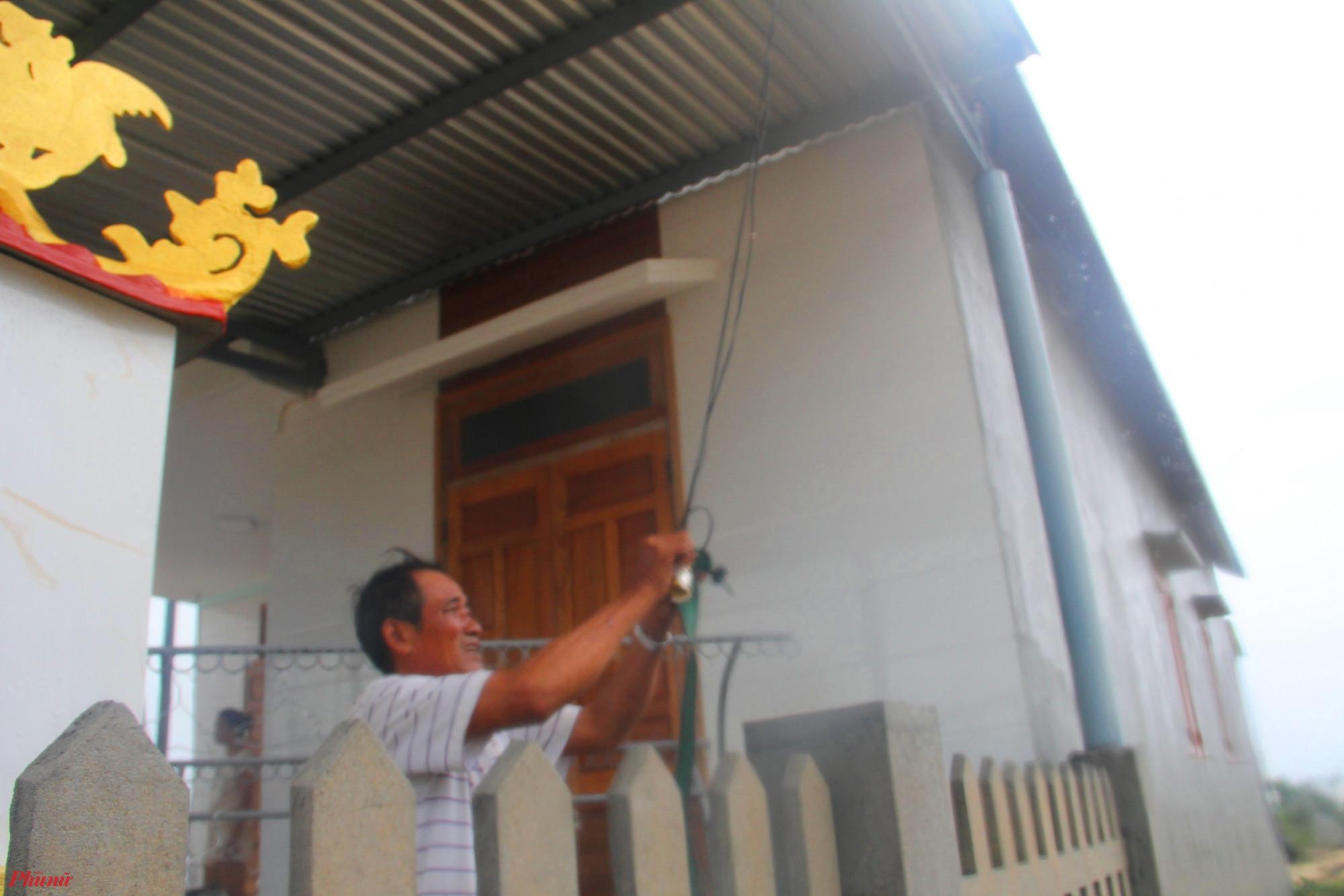 Việc giằng chống của nhà cửa của người dân đàn gặp nhiều khó khăn do trời mưa mỗi lúc một nặng hạt