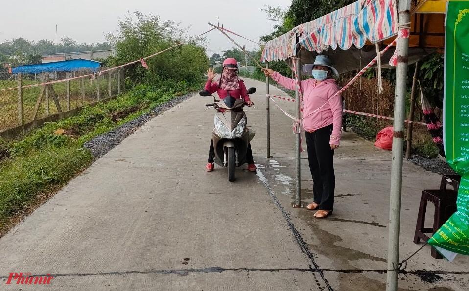 Người dân ở xã Trung Lập Thượng tham gia bảo vệ chốt tự quản tại xóm, ấp.