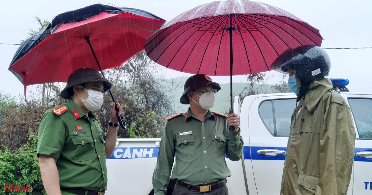 đồng chí Nguyễn Thanh Tuấn đánh giá cao tinh thần chủ động, trách nhiệm của Thường trực Huyện ủy, UBND huyện Nam Đông trong triển khai các nhiệm vụ ứng phó với bão số 5 trong bối cảnh vẫn tiếp tục thực hiện nghiêm túc các phướng án phòng, chống dịch bệnh Covid-19