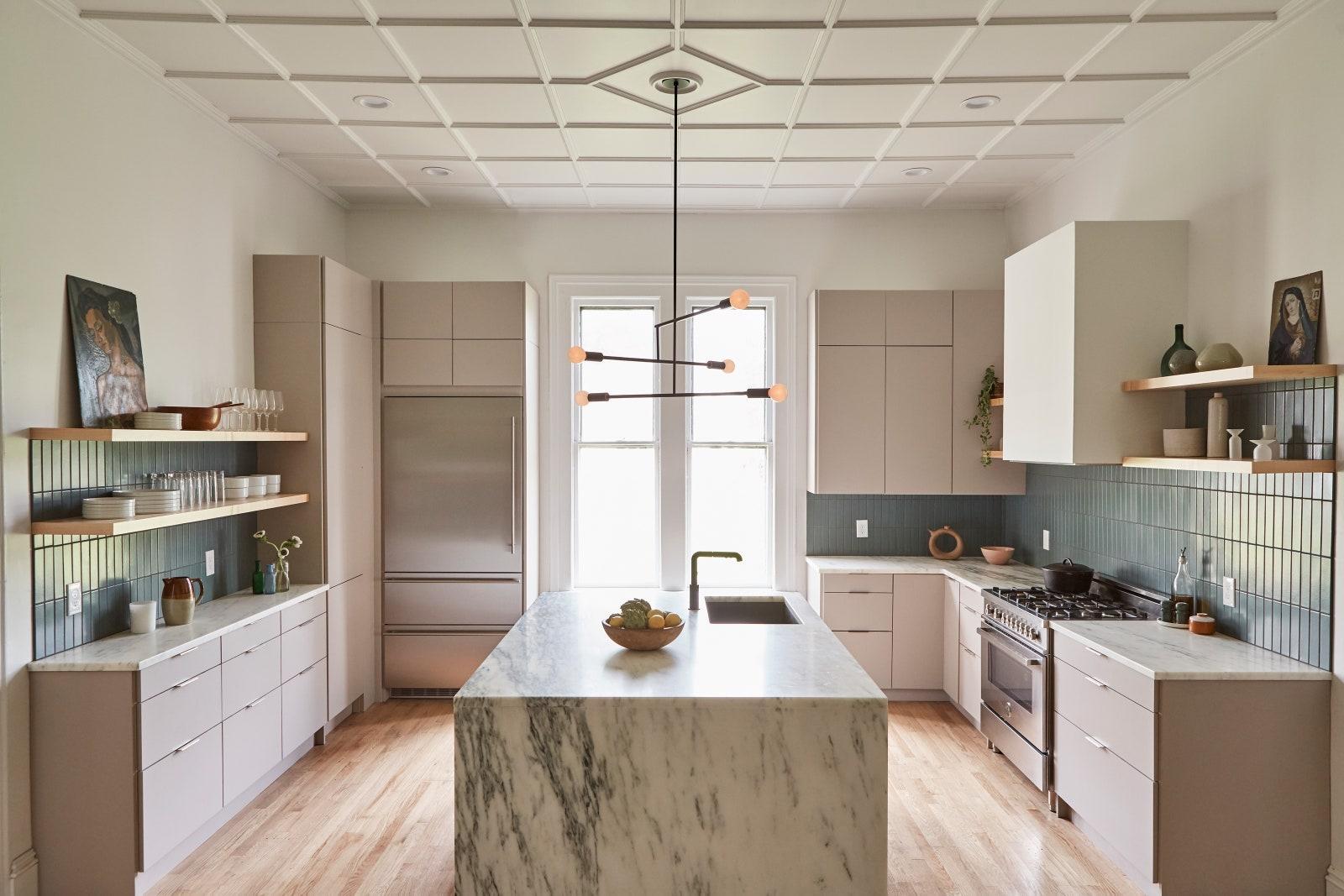 Giữ cho quầy bếp sạch sẽ: Nếu bạn có quá nhiều đồ trang trí trên mặt bàn, chúng sẽ khiến nhà bếp trông lộn xộn. Và, nếu đó không phải là thứ bạn sử dụng hàng ngày thì một chiếc tủ hay hộc tủ không phải sẽ tốt hơn.