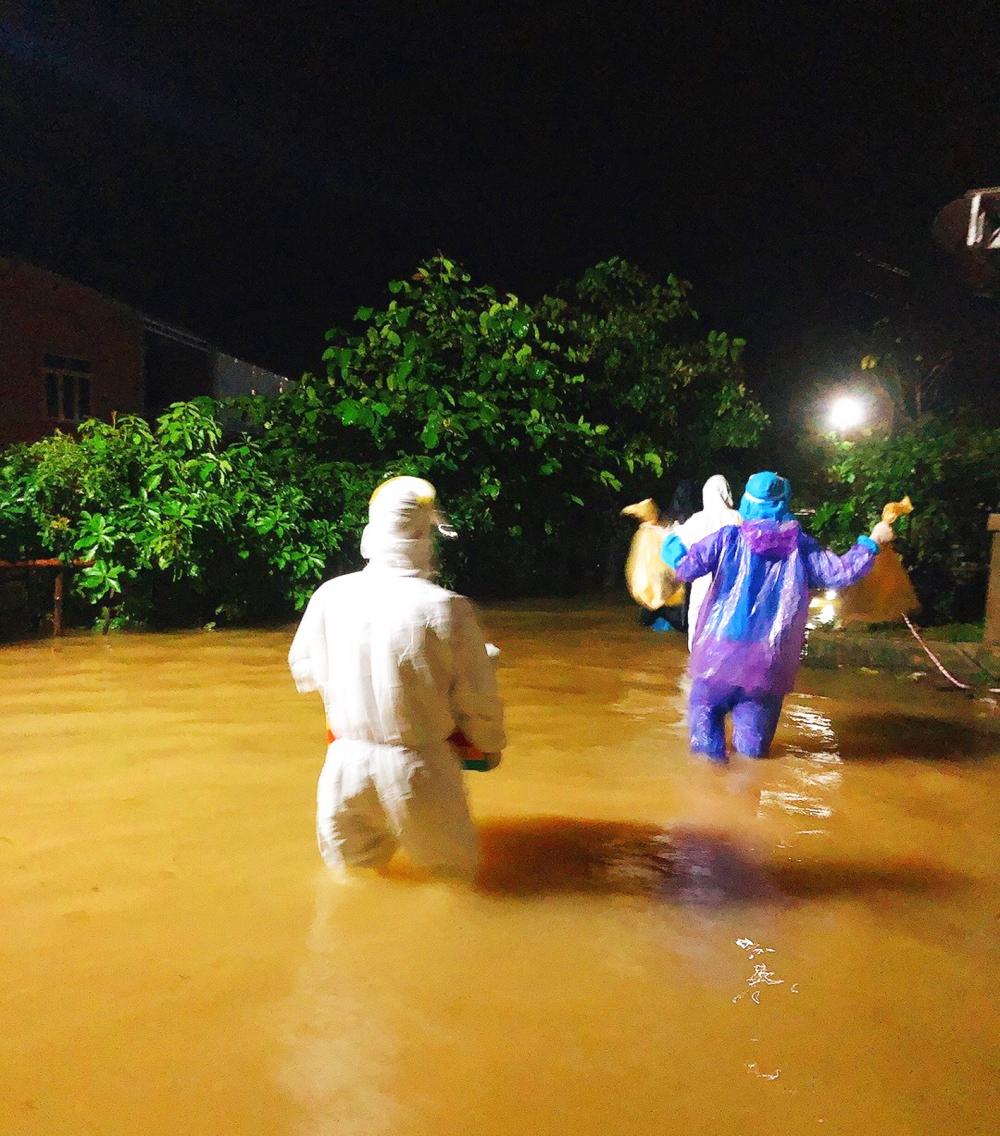 Tổ phản ứng nhanh của CDC H.Phong Điền, lội nước đưa các F1 tại xã Phong Hòa đi cách ly tập trung - ẢNH: THUẬN HÓA