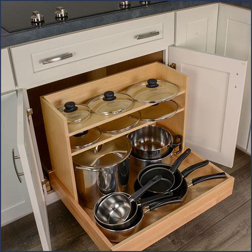 Đặt tất cả dụng cụ nấu ăn trong một tủ Đặt tất cả các dụng cụ nấu nướng và thiết bị của bạn vào một nơi. Điều này có thể bao gồm nồi, chảo, sành sứ, nồi nấu chậm hoặc bất kỳ thiết bị nào bạn sử dụng để nấu ăn.  Một mẹo nhỏ mà tôi đã học được để bảo quản nồi và nắp đậy là đặt ngược nắp lên trên nồi và sau đó bạn có thể chồng một chiếc nồi khác lên trên. Điều này tối đa hóa không gian lưu trữ và cho phép bạn giữ nắp và chậu cùng nhau!