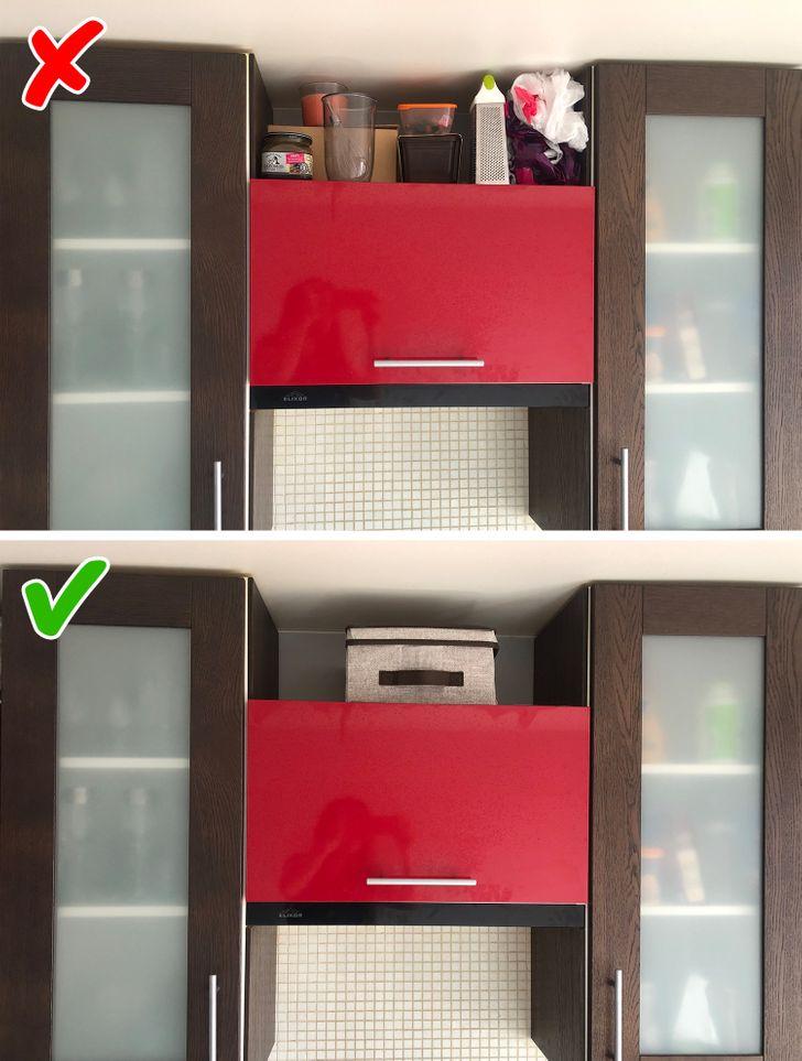 Nếu có một khoảng trống nào đó giữa tủ bếp trên và trần nhà, bạn có thể sẽ luôn cố gắng đặt thứ gì đó lên đó. Đây thực ra không phải là một điều xấu, vì bất kỳ không gian nào cũng nên được tận dụng tối đa. Nhưng nếu bạn đặt một cái giỏ hoặc một cái hộp trên kệ này, không gian này trông sẽ không lộn xộn và bạn sẽ dễ dàng giữ cho căn phòng ngăn nắp hơn. Hơn nữa, nó sẽ bảo vệ mọi đồ dùng nhà bếp không bị bẩn.