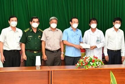 Bí thư Thành ủy TPHCM Nguyễn Văn Nên tặng quà cho Bệnh viện điều trị COVID-19 huyện Cần Giờ