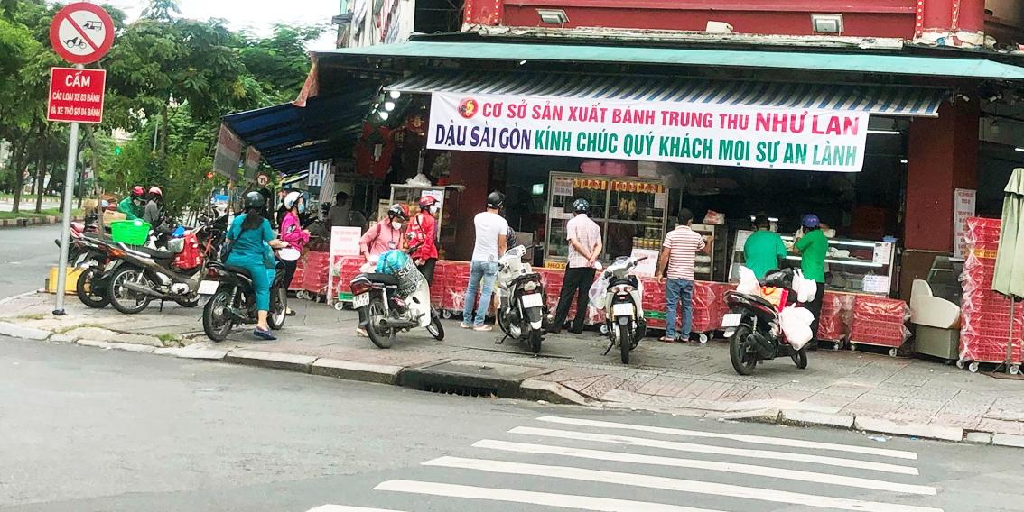 Cửa hàng Như Lan (Hàm Nghi, Q.1, TP.HCM) mở cửa bán, một số khách đến mua bánh Trung thu