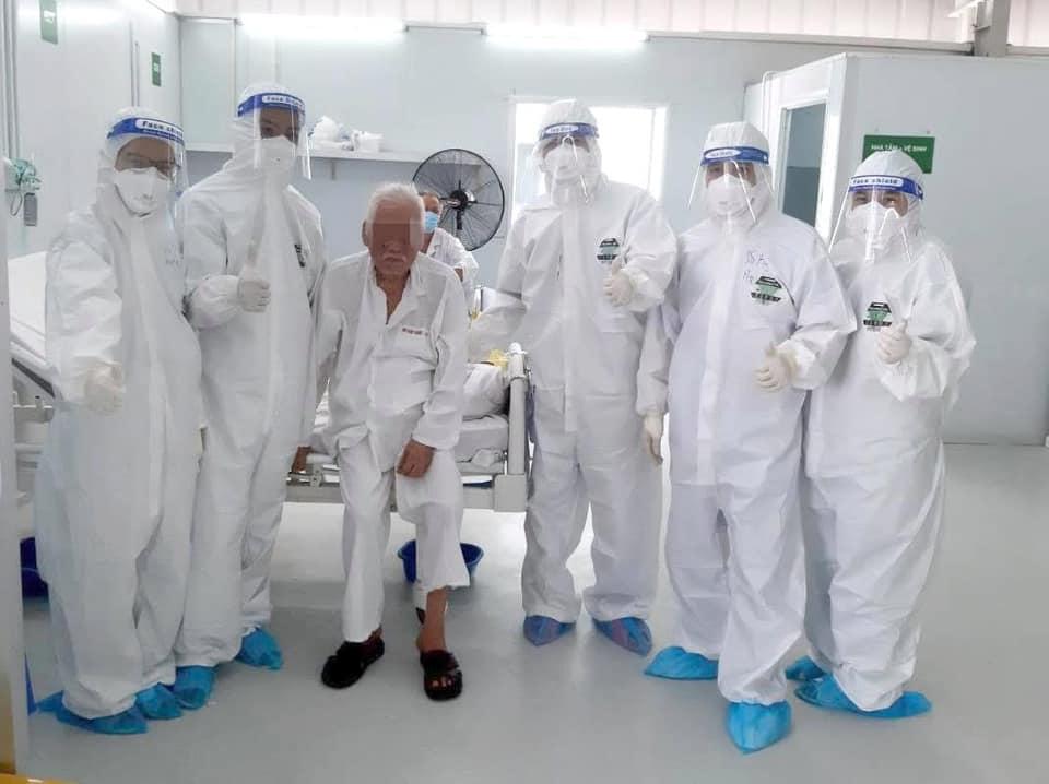 Hình ảnh cụ T. trong ngày ra viện, cụ T. được các y bác sĩ Trung tâm hồi sức người bệnh COVID-19 Việt Đức tại Tp Hồ Chí Minh động viên và gửi lời chúc sức khoẻ.