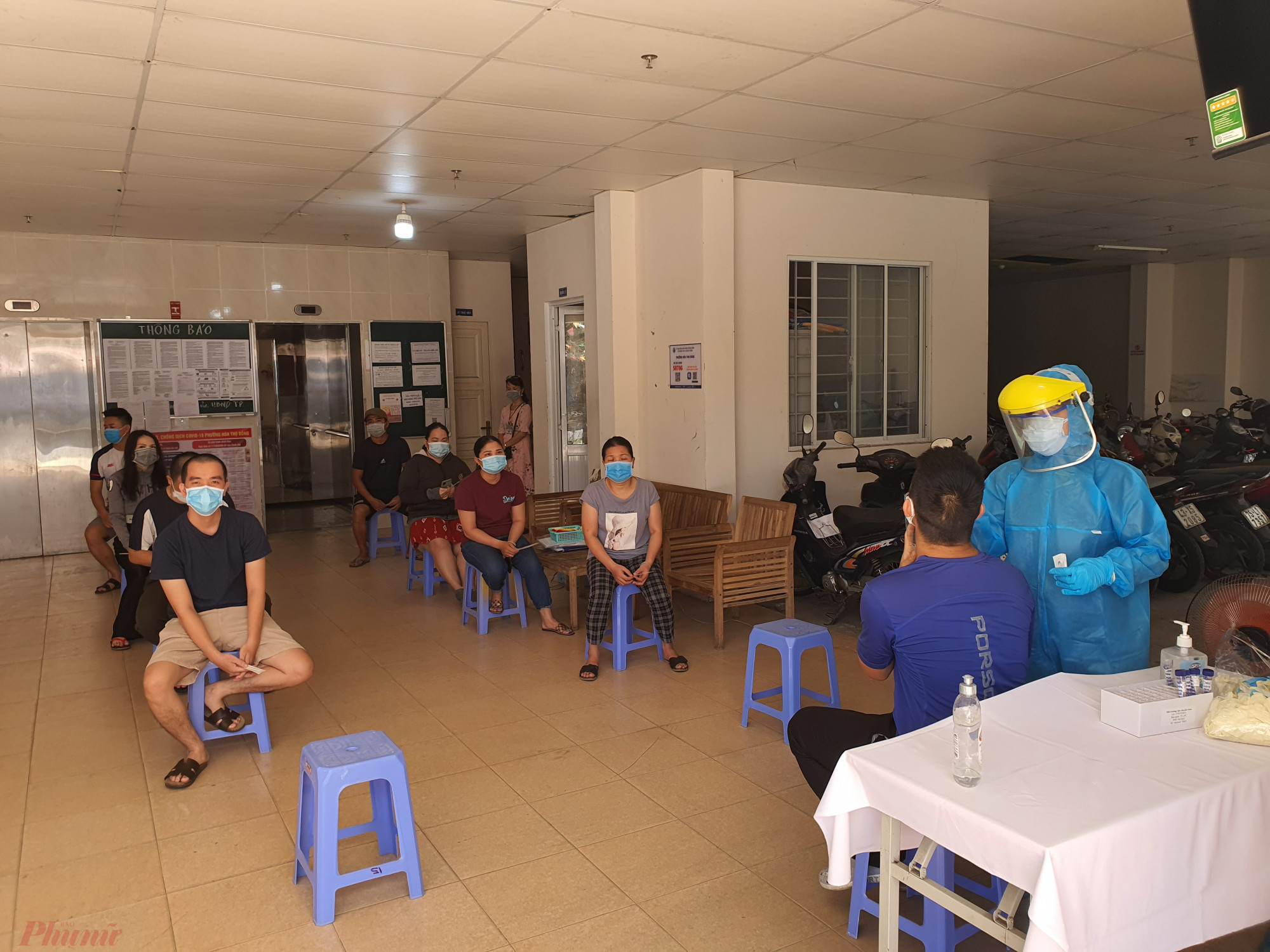 Cư dân chung cư CT02-Khu chung cư Phong Bắc ở quận Cẩm Lệ đang lấy mẫu xét nghiệm SARS-CoV-2
