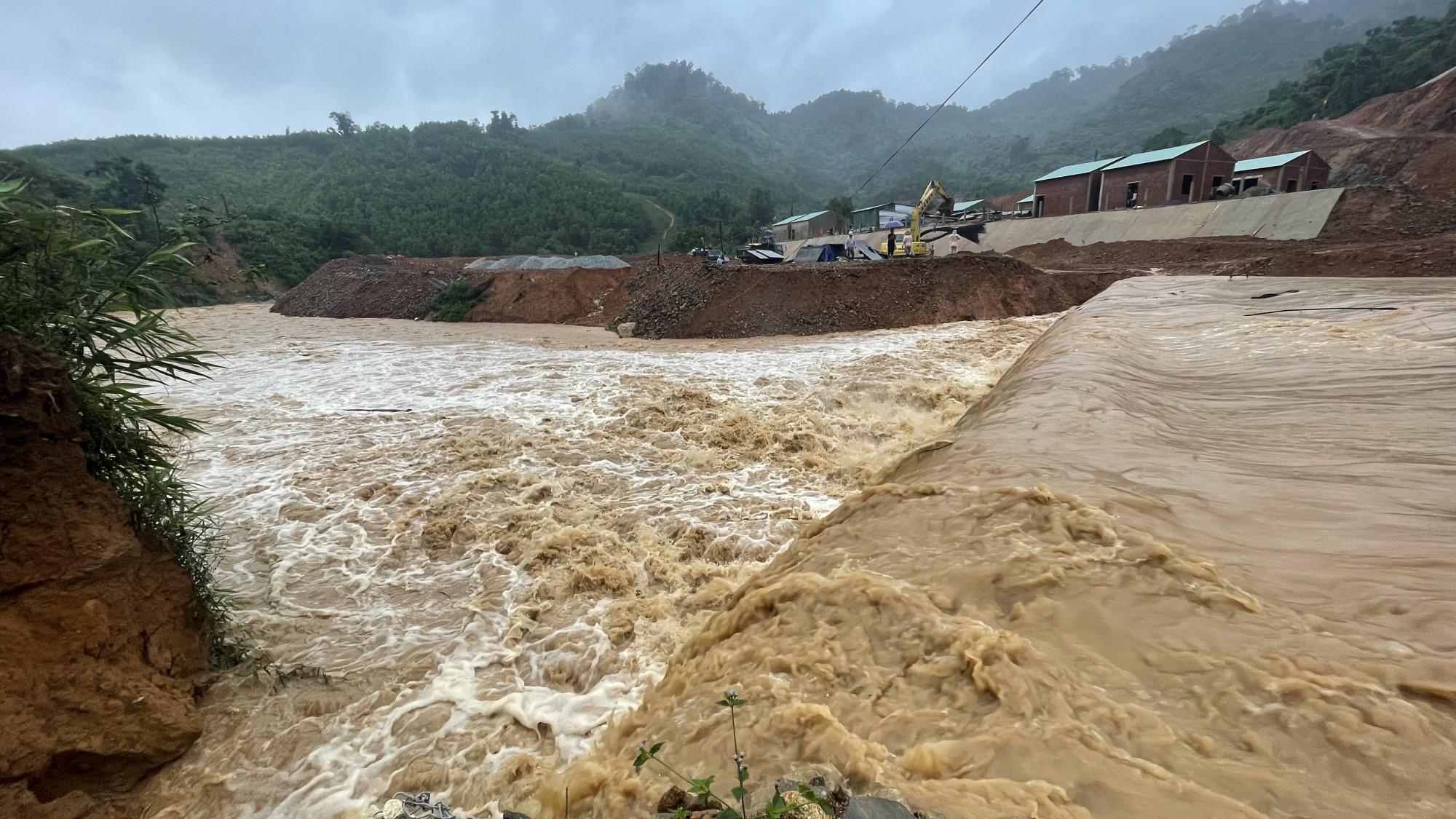 Mưa lớn ở thượng nguồn làm cô lập nhiều thôn, xã ở huyện Phước Sơn