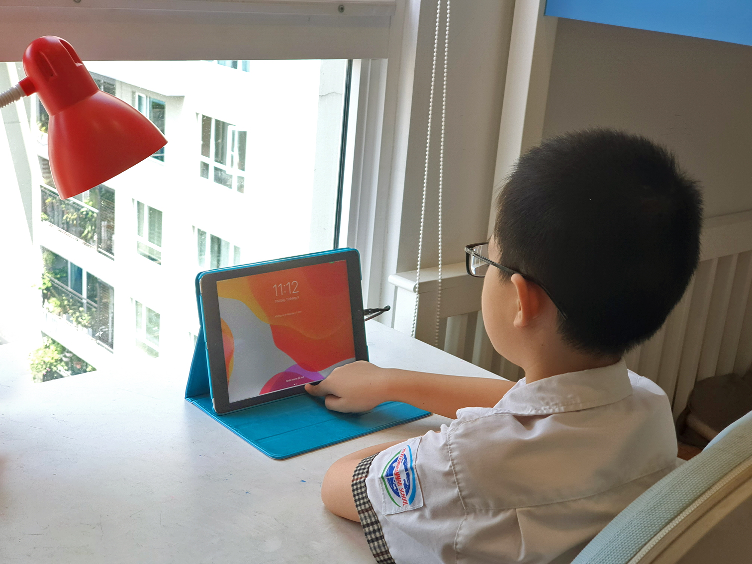 Chuyên gia nhãn khoa khẳng định, kính chống ánh sáng xanh tốt cho mắt nhưng không có khả năng bảo vệ cận thị nếu mắt không được nghỉ ngơi, tiếp xúc quá lâu với các thiết bị điện tử