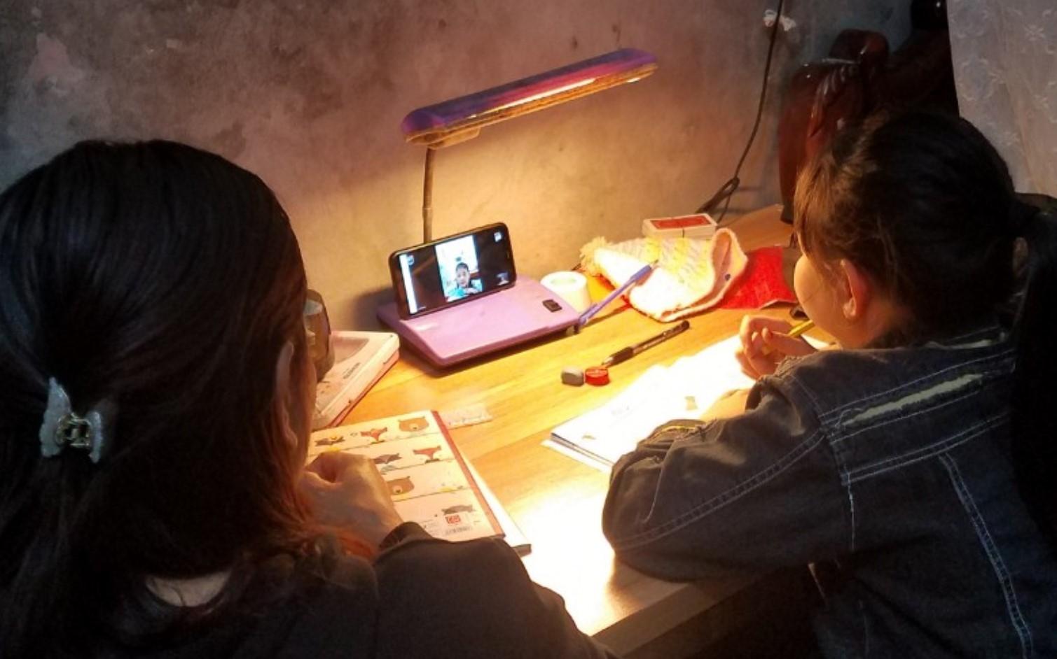 Học trực tuyến bằng điện thoại có nhiều thuận tiện nhưng cũng ảnh hưởng không ít đến trẻ. (Ảnh minh họa)