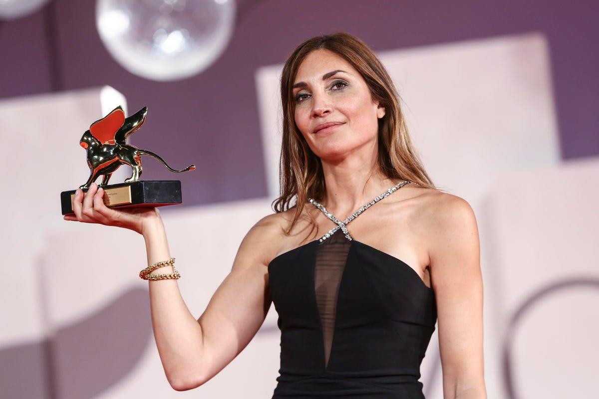 Đạo diễn Audrey Diwan, phim Happening trên sân khấu nhận giải thưởng.