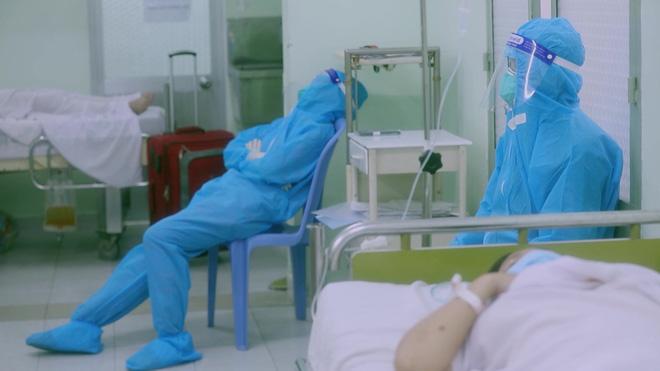 Hình ảnh các y bác sĩ tranh thủ nghỉ ngơi khiến người xem xúc động