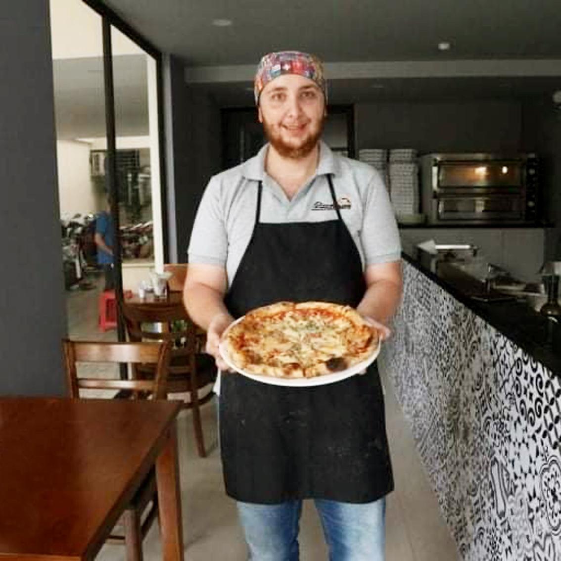 Anh Mattie Di Paolo điều chỉnh cách chế biến pizza để khách đặt về dùng tại nhà phù hợp hơn