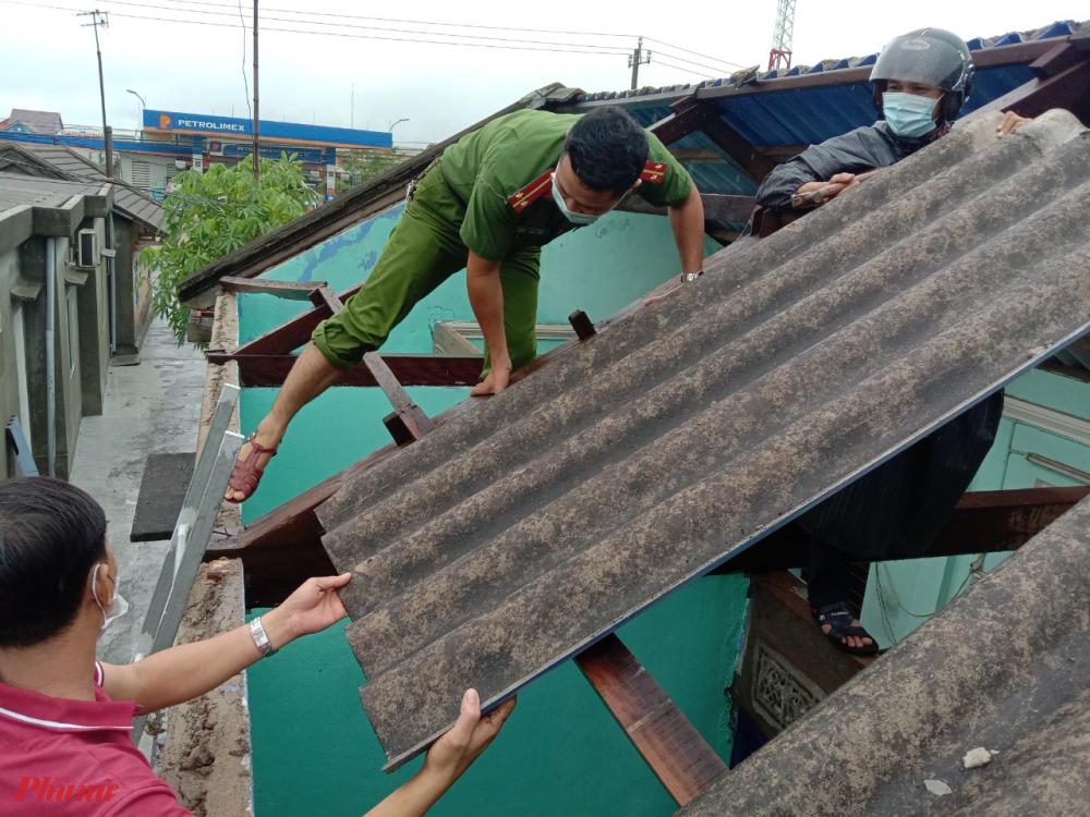 Ngay từ sáng sớm lực lượng công an xã Điền Hải (huyện Phong Điền, Thừa Thiên- Huế) đã có mặt tại những gai đình có nhà tốc mái do ảnh hưởng bão số 5 tiến hành giúp dân