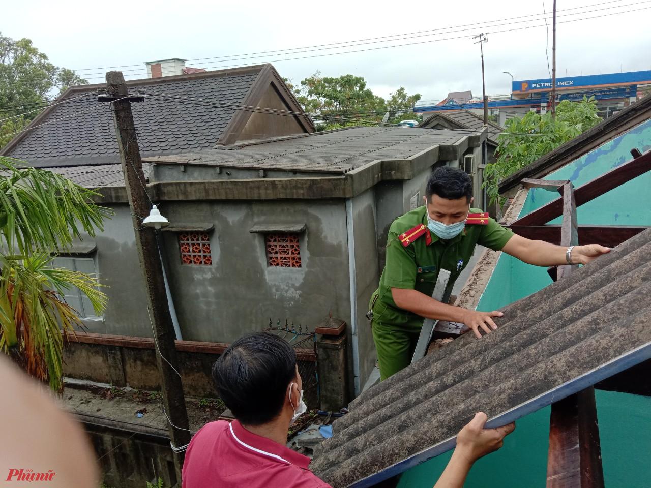 Có mặt tại nhà Cao Hữu Điền ở xã Điền Hải (hộ dân bị nhà tốc mái) các chiến sĩ công an nhiệt tình giúp dân lợp lại mái nhà