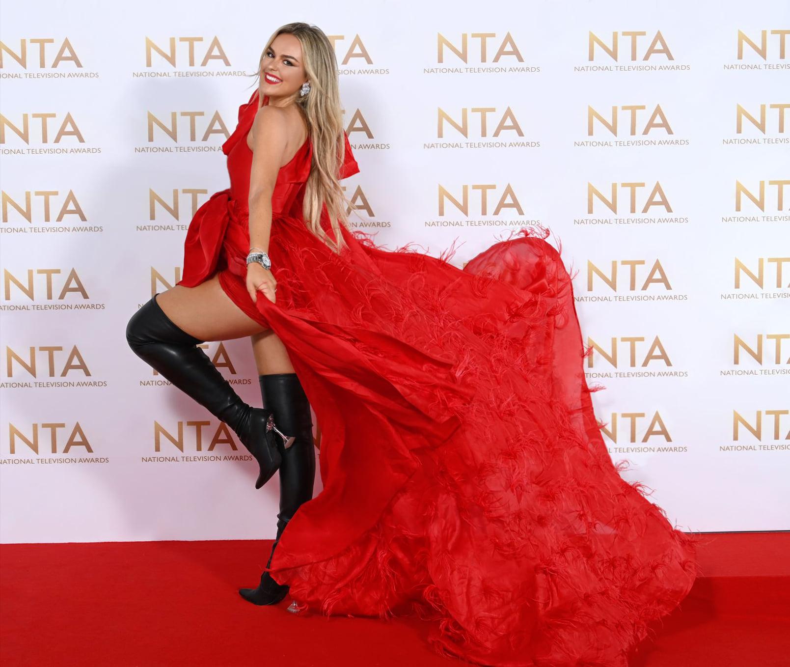 Thoạt nhìn, trang phục trông nữ tính, điệu đà những vẫn táo bạo nhờ đường xẻ tà sâu hút. Trên thảm đỏ, Tallia Storm có nhiều khoảnh khắc tạo dáng thú vị với chiếc váy bay bổng.