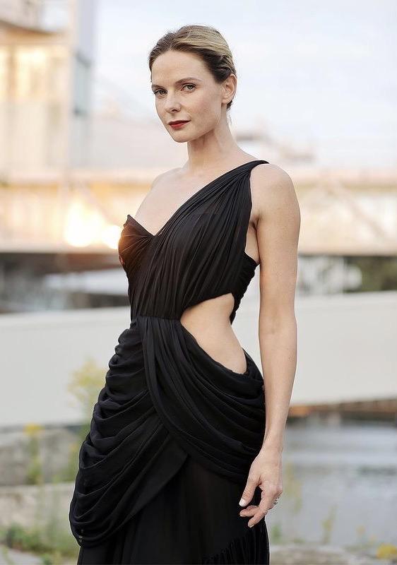 Nữ diễn viên tô son đỏ, búi tóc gọn gàng và sử dụng rất ít phụ kiện. Vẻ ngoài của cô tuy đơn giản nhưng trông sang trọng.