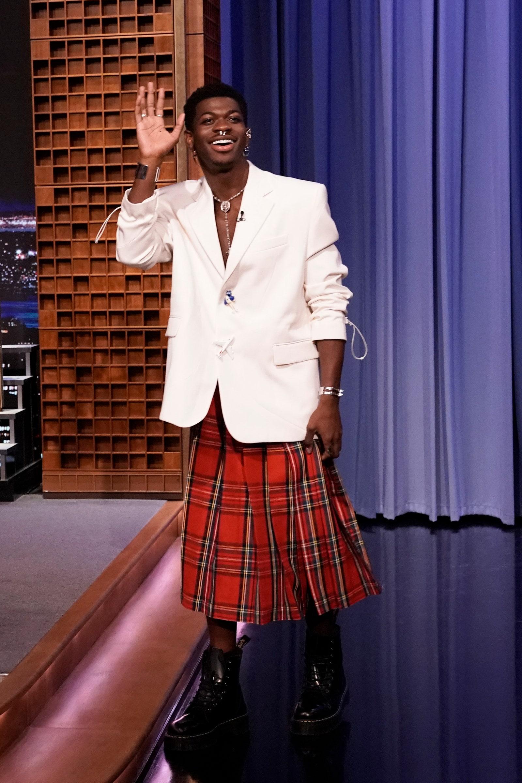 Bộ cánh kết hợp giữa áo vest dáng rộng và chân váy kẻ caro cũng giúp Lil Nas X trở thành tâm điểm khi xuất hiện trong chương trình The Tonight Show Starring Jimmy Fallon. Anh nói luôn sẵn sàng kết hợp với những NTK trẻ miễn họ có ý tưởng sáng tạo độc lạ.