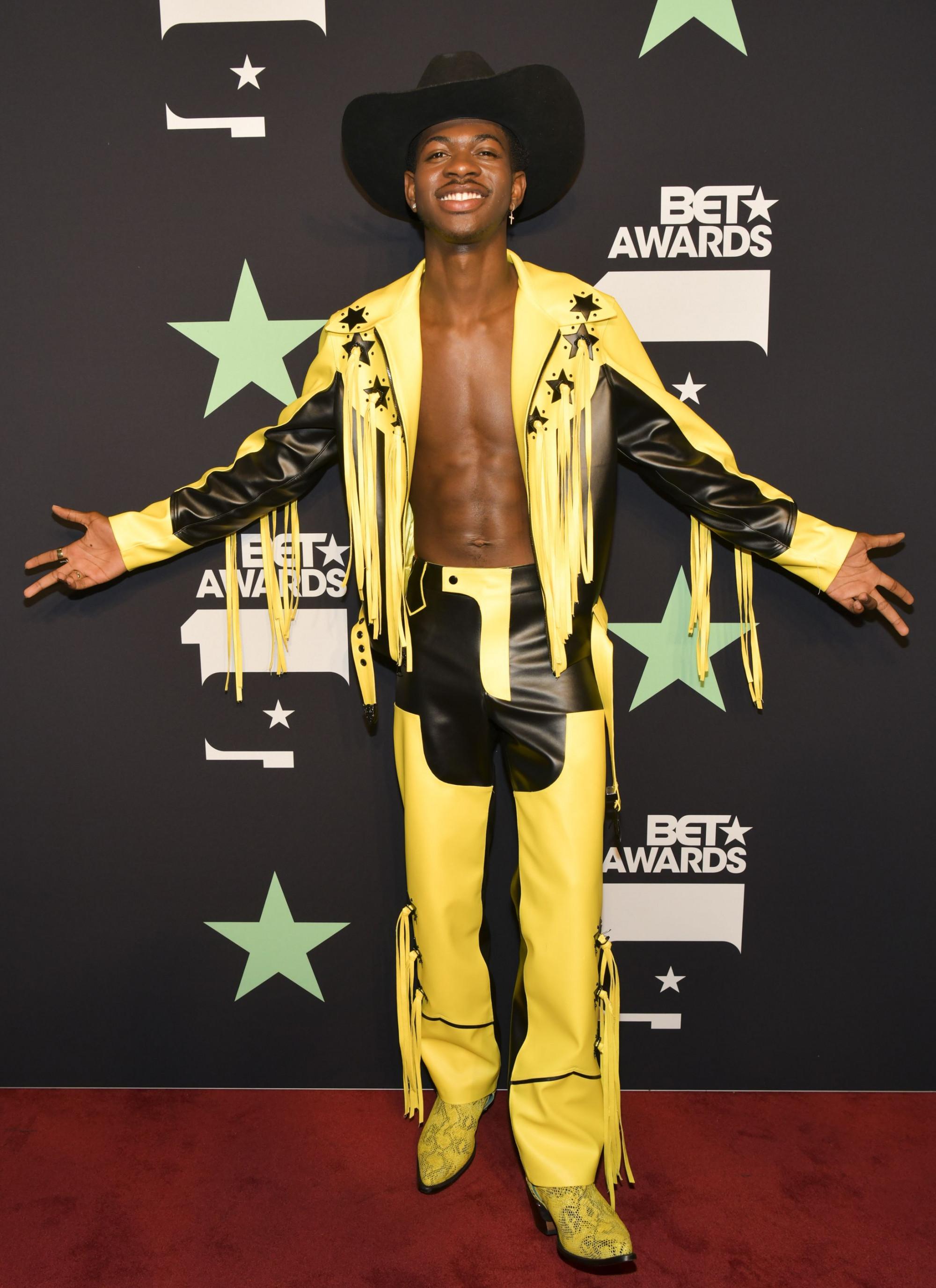 W - một tạp chí điện tử về thời trang nhận định về phong cách của Lil Nas X: 'Anh ấy đã và đang khám phá vùng đất chưa từng