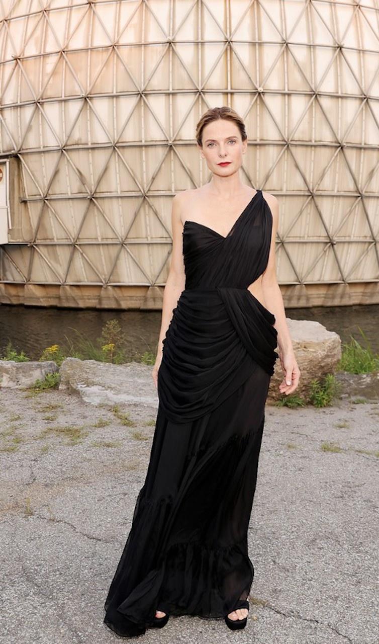 Trên thảm đỏ LHP Quốc tế Toronto 2021, nữ diễn viên Rebecca Ferguson
