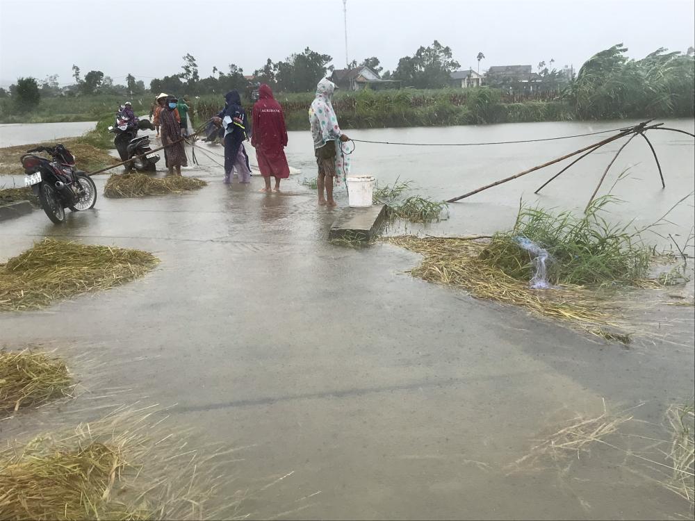 Người dân ra khu vực nước băng qua đường để đánh cá