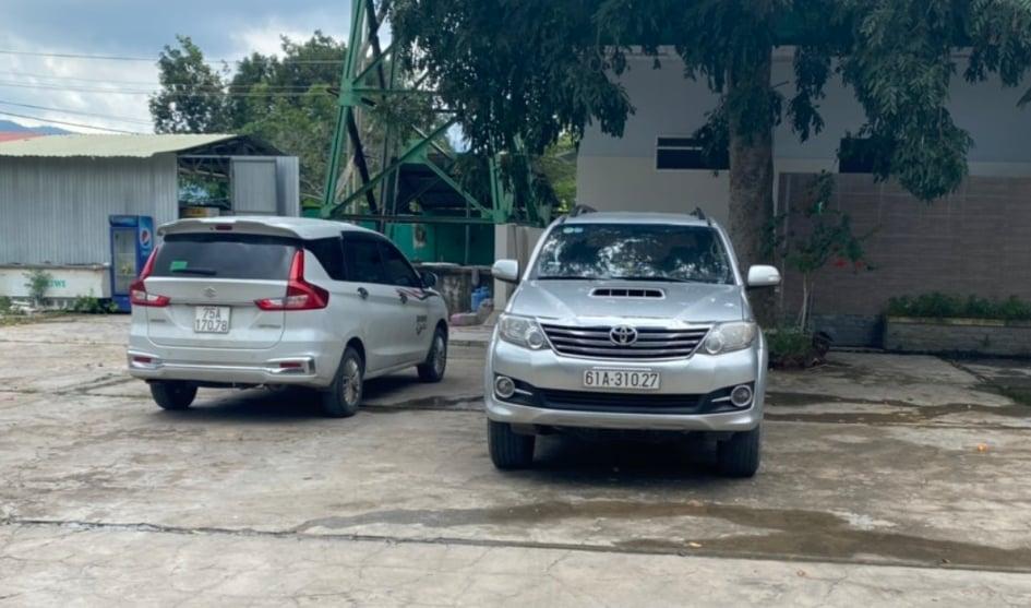 Hai ô tô mà hai tài xế Nguyễn Ngọc Hùng và Ngọ Văn Vũ dùng để đón nhóm 15 người từ xe tải đông lạnh của tài xế Tuấn. Ảnh: H.L