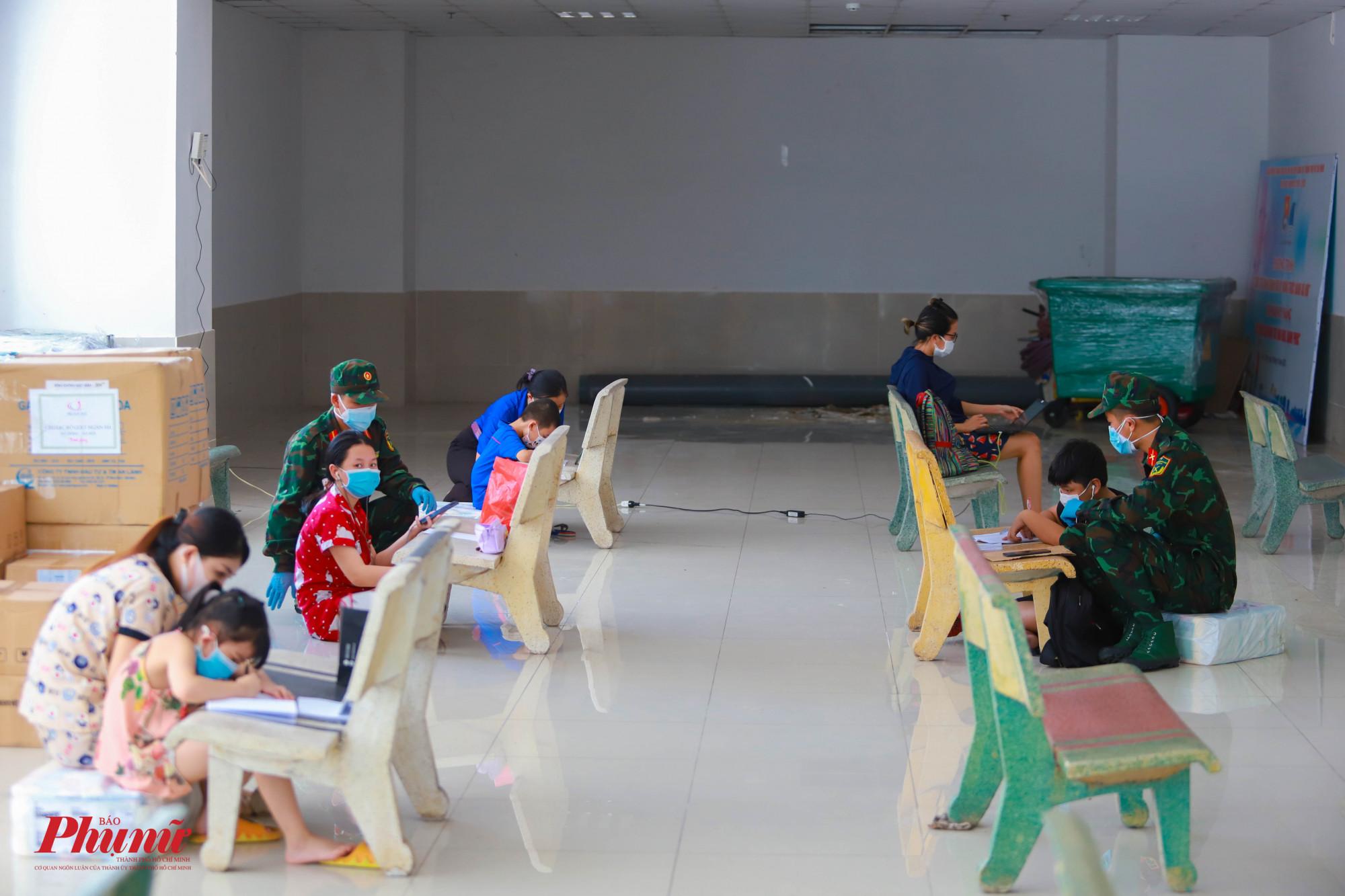Lớp học dã chiến tại chung cư 1050, quận Bình Thạnh