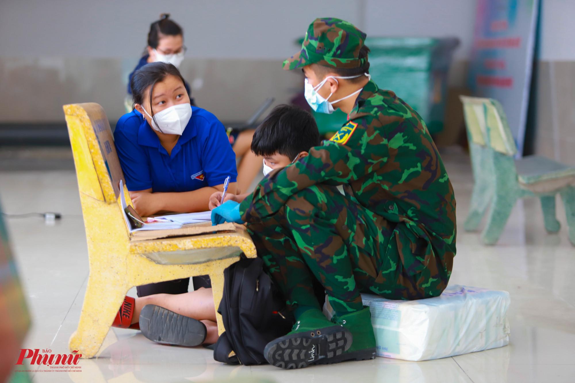 Lực lượng Đoàn viên và các chiến sĩ cùng hỗ trợ các em học sinh