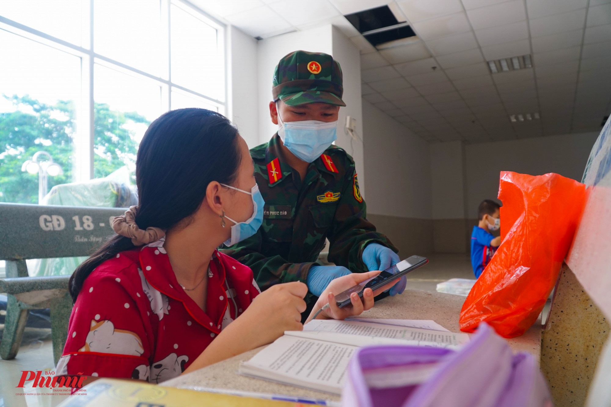 Chiến sĩ Nguyễn Phúc Bảo, trường Sĩ quan Lục quân 2 tận tình hướng dẫn các em học sinh khi gặp bài khó