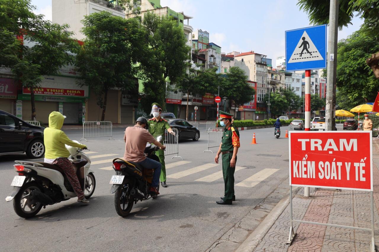 Lực lượng kiểm soát người dân ra vào tại cửa ngõ Hà Nội.