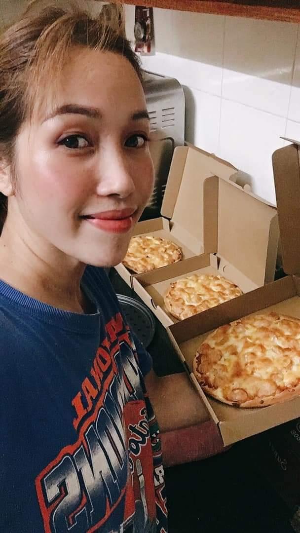 Chị Lành chuẩn bị giao Pizza cho khách.