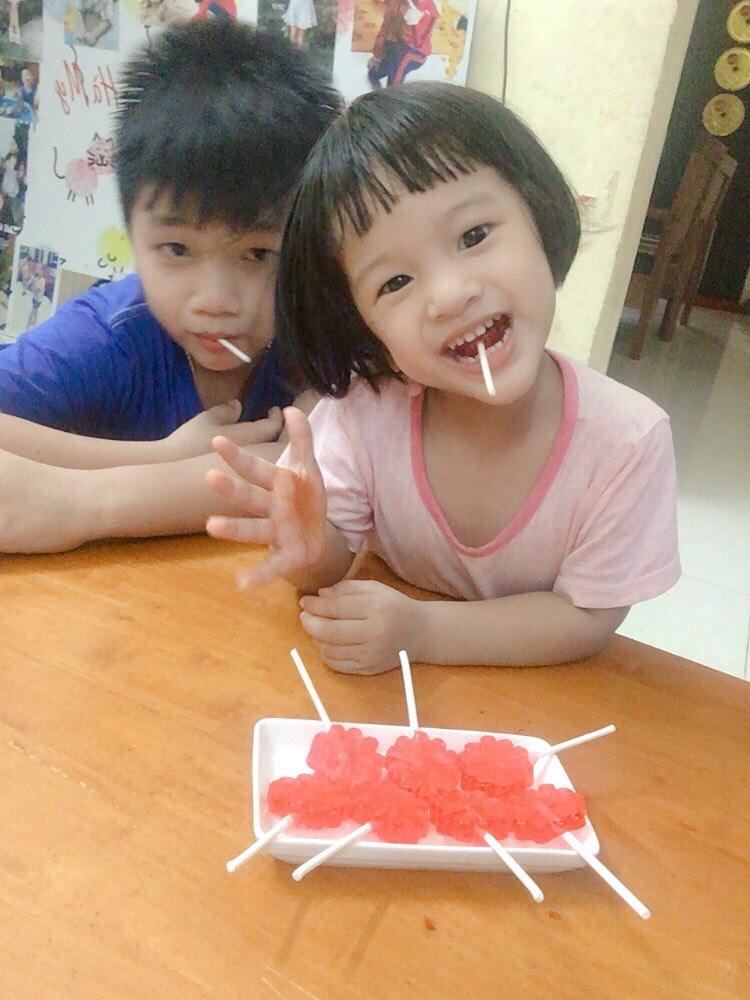 Vị dâu ngọt ngào từ chiếc kẹo mút mẹ làm khiến Nơ thích mê