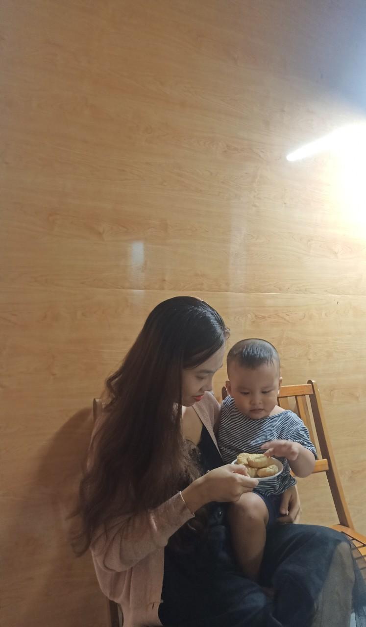 Chị Hà cùng con trai.
