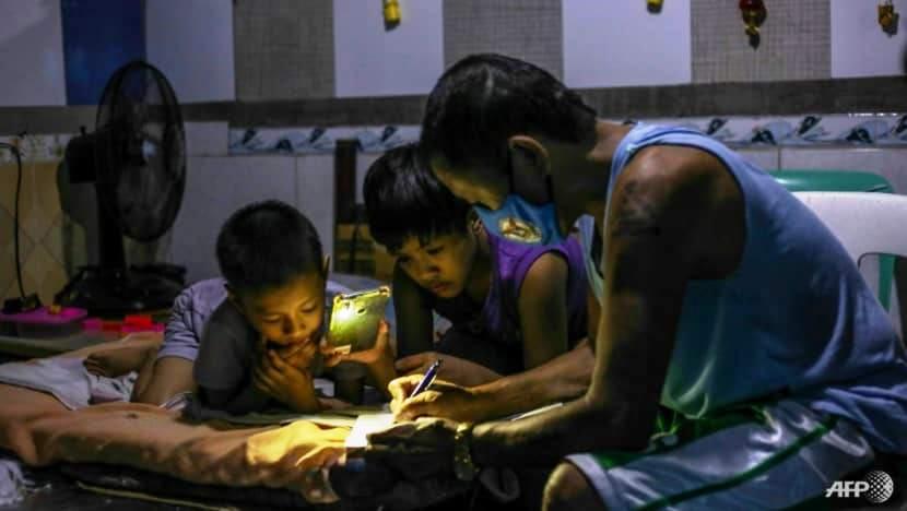 Petronilo Pacayra dành thời gian phụ các con làm bài tập