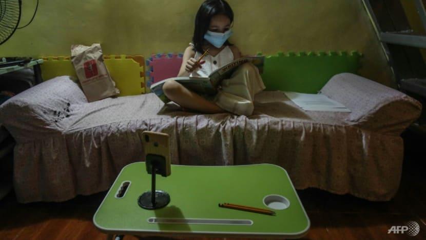 Đối với nhiều gia đình tại Philippines, việc cho con em học trực tuyến là một yêu cầu khó khăn cả về vật chất, thời gian lẫn tinh thần