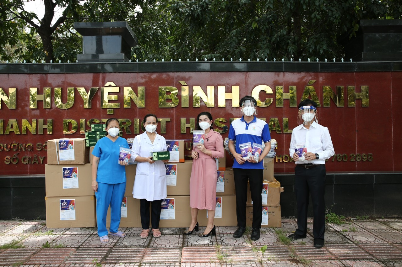 """Chuyến xe tiếp tục đến Bệnh viện huyện Bình Chánh để trao tặng """"vũ khí"""" dập dịch - Ảnh: Kim Oanh Group"""