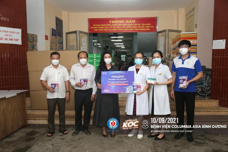 Bệnh viện Columbia vui mừng tiếp nhận thuốc, thiết bị vật tư y tế từ bà Kim Oanh - Ảnh: Kim Oanh Group
