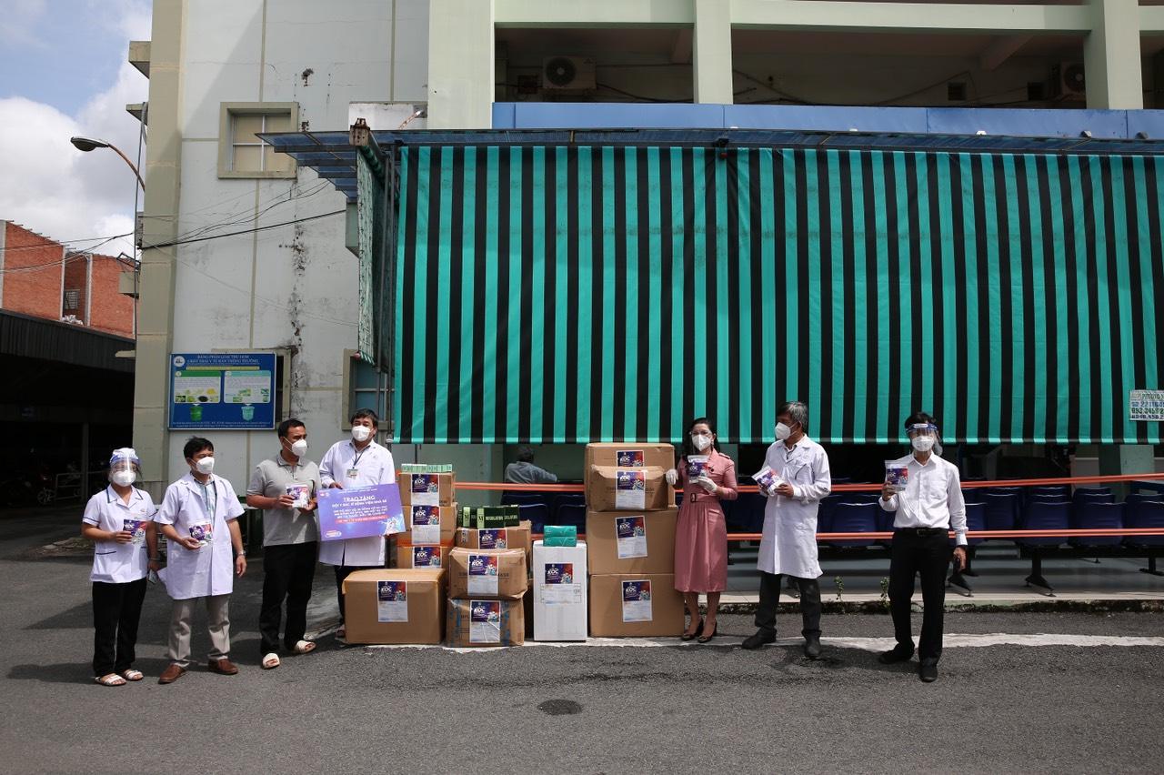 Bà Kim Oanh tặng thuốc, thiết bị y tế cho Bệnh viện huyện Nhà Bè - Ảnh: Kim Oanh Group