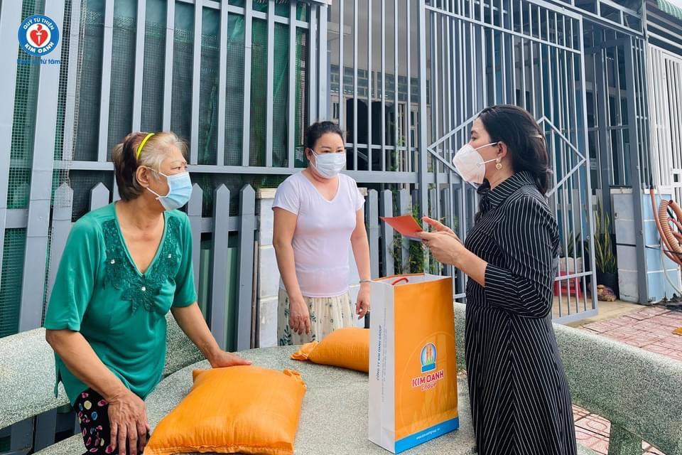 Ngoài cùng ngành y tế chiến đấu với COVID-19, Quỹ từ thiện Kim Oanh còn chăm lo cho người dân - Ảnh: Kim Oanh Group